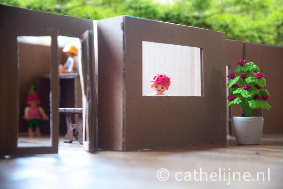 Zie je me al staan in de keuken? Met uitzicht op de tuin en de binnentuin. De kinderen zijn binnen aan het spelen in de speelhoek met verhoogde loungehoek.